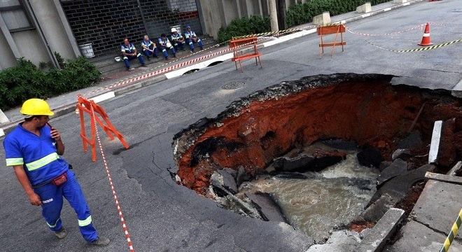 Chuva provocou a abertura de uma cratera na avenida Rudge, ao lado do viaduto Orlando Murgel, na região da Barra Funda