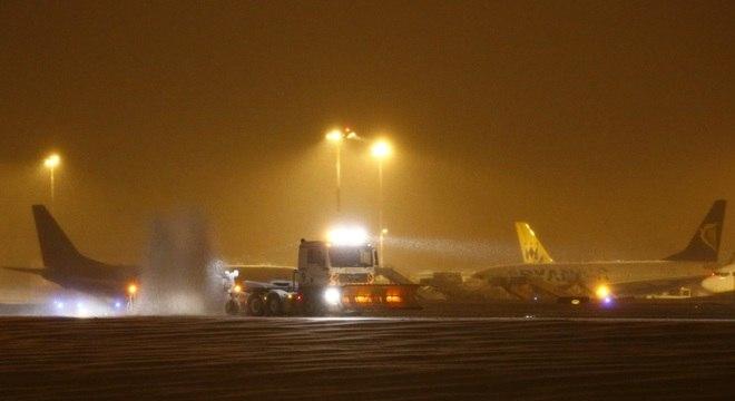Aeroportos são fechados e voos cancelados na França, na Inglaterra e na Alemanha por conta de nevasca no final de semana