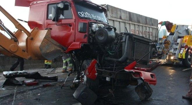 Um caminhão tombou e bloqueava acesso à Dutra na Marginal Tietê