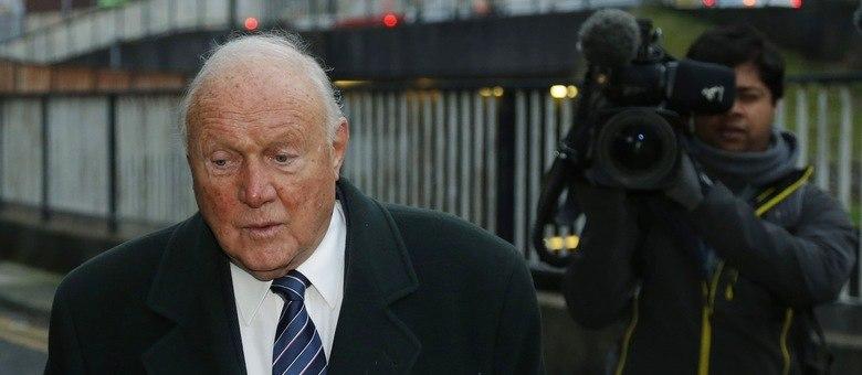 O ex-apresentador britânico afirma que é inocente das acusações; crimes teriam acontecido entre 1967 e 1986