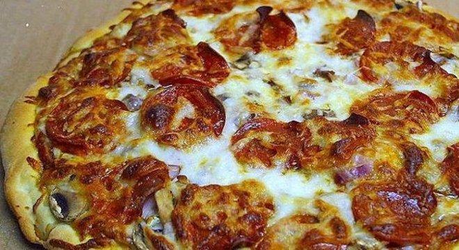 — Mãos ao alto, isso é um assalto! 'Vai' colocando as pizzas de peperoni na sacola!