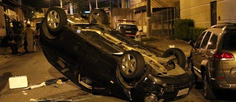 Suspeito havia acabado de roubar o carro de um investigador da polícia quando capotou