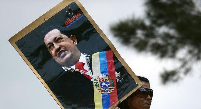 Imagens do presidente venezuelano, Hugo Chávez, são vistas pelas ruas do país