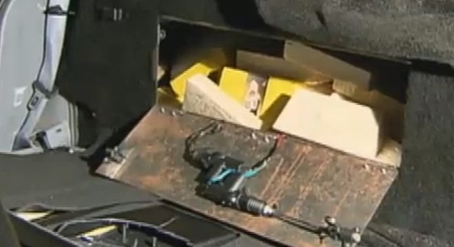 Droga foi achada em um compartimento secreto no carro, que era acionado com uma combinação de botões