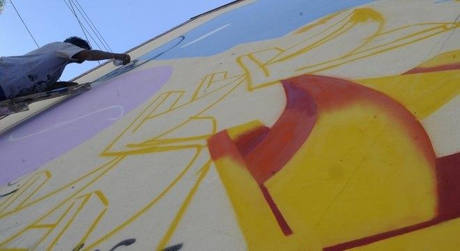 Artistas escolheram comunidade carente de Porto Alegre para levar arte aos muros da região
