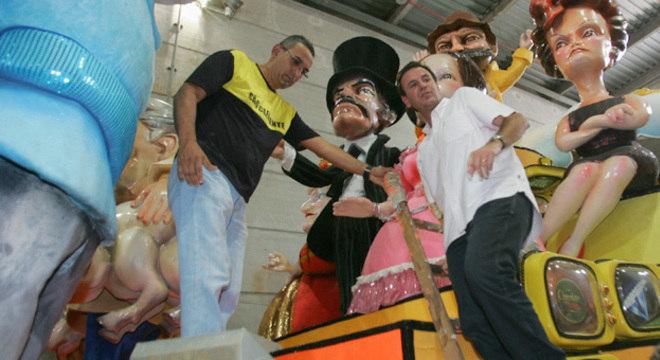 """Eduardo Paes subiu em um carro da São Clemente, que vai falar sobre """"novelas"""" no Carnaval de 2013"""