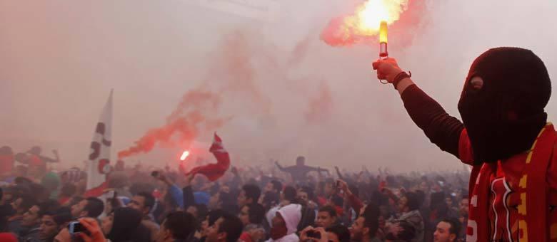 Torcedores do Al Ahy, time de futebol egípcio, celebram veredicto da Justiça, no Cairo. Tribunal condenou à morte 21 pessoas por envolvimento na tragédia de janeiro de 2012, quando 74 pessoas morreram em um estádio em Port Said