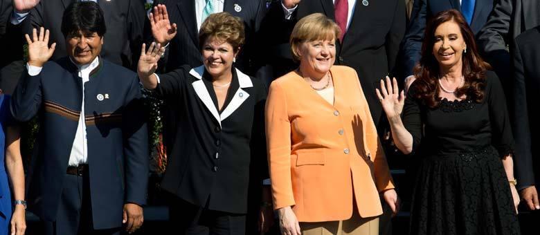 Os líderes Evo Morales (Bolívia), Dilma Roussef (Brasil), Angela Merkel (Alemanha) e Cristina Kirchner (Argentina) saúdam público durante foto oficial da cúpula no Chile