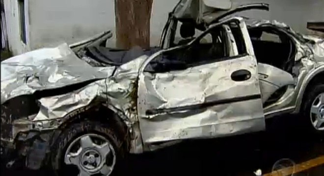 Motorista perdeu o controle e saiu da pista. O veículo capotou cinco vezes