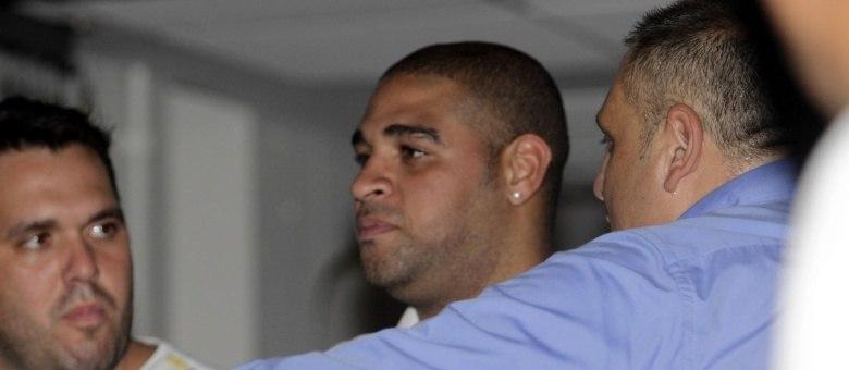 Cercado por seguranças, Adriano Imperador foi conferir o show de Zeca Pagodinho na Festa do Chope da Vai-Vai