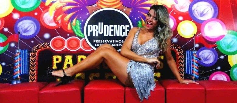 Tânia Oliveira mostra que está com as curvas em dia para o Carnaval 2013
