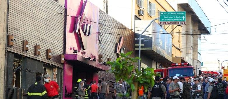 Na fachada da boate, buracos foram abertos para ajudar no salvamento das vítimas