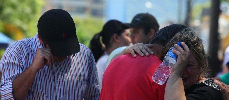 Familiares procuram informações sobre vítimas no Centro Desportivo Municipal em Santa Maria