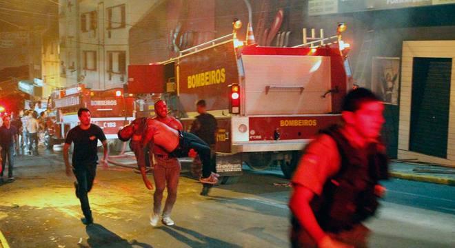 Pelo menos 232 pessoas morreram após incêndio em boate