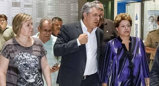 O ministro da saúde, Alexandre Padilha, conversa com Dilma em Santa Maria, acompanhados pelo governador do RS, Tarso Genro (dir.)