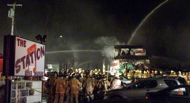 As investigações posteriores mostraram que a casa estava superlotada e que não possuía saídas de emergência adequadas