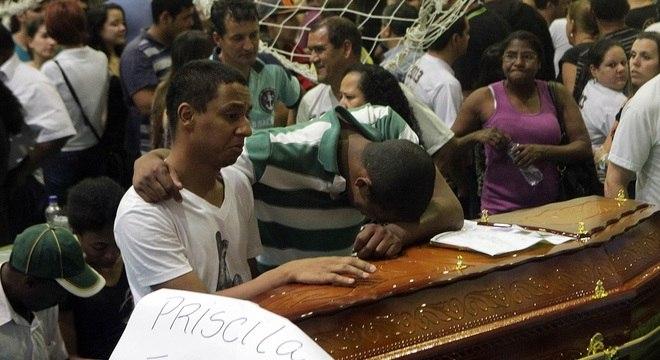 Corpos das vítimas do incêndio na boate Kiss em Santa Maria (RS) são velados no Ginásio Municipal de Esportes