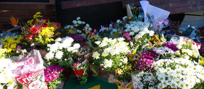 Flores em homenagem às vítimas da boate Kiss, em Santa Maria