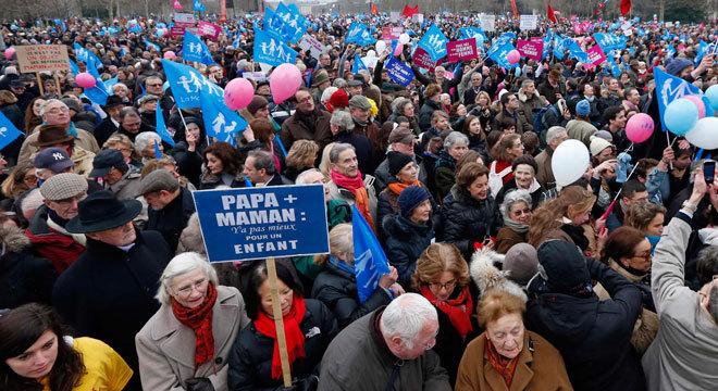 Parte da população francesa sai nas ruas de Paris para protestar contra o casamento gay na França. Opositores ao projeto conseguiram reunir 340 mil pessoas