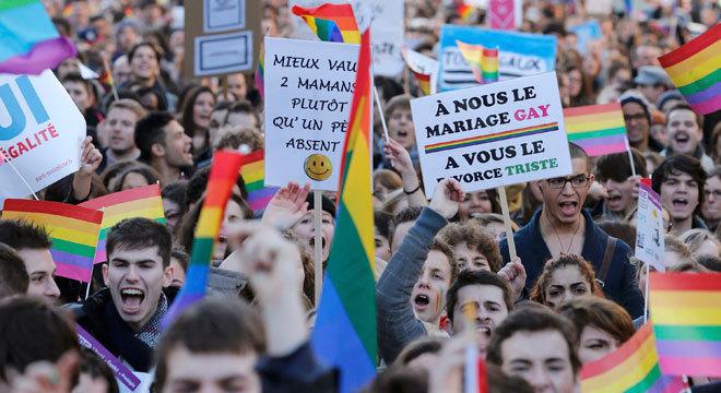 No domingo, houve o contra-ataque dos defensores da proposta, com uma manifestação que reuniu entre 125 mil e 400 mil pessoas em Paris a favor da reforma