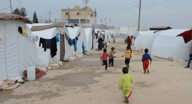 Crianças correm pelo campo de refugiados de Azaz