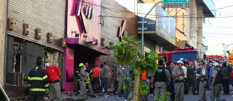 Incêndio na boate Kiss, em Santa Maria (RS), na madrugada de domingo (27), deixou 235 mortos e mais de cem feridos