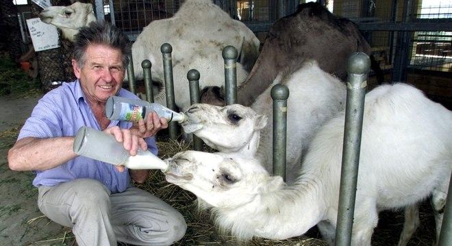 Wilhelm Breitling, um dos fundadores da fazenda, alimenta os animais em foto de agosto de 2002