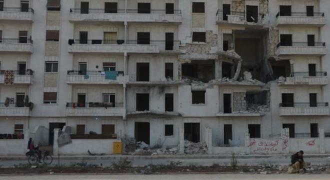Prédio destruído em Aleppo: moradores ainda tentam levar a vida em meio à guerra