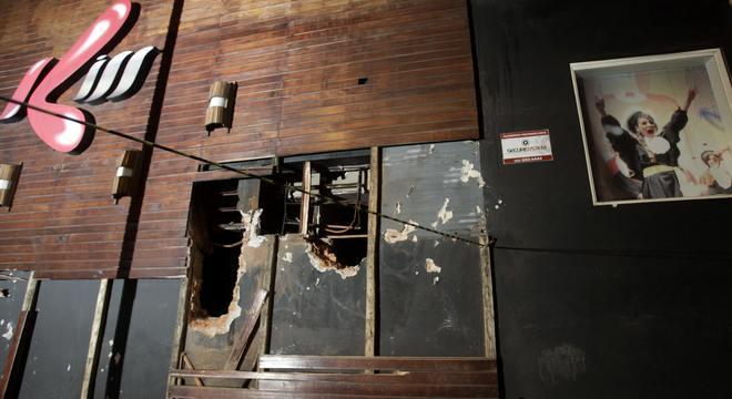 Segundo testemunhas, a fagulha do artefato acionado pela banda atingiu o revestimento acústico do teto, provocando o incêndio
