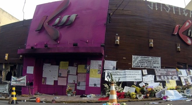 Memorial montado em frente à boate Kiss, onde incêndio deixou 237 mortos, recebeu mais cartazes e flores neste sábado (2)