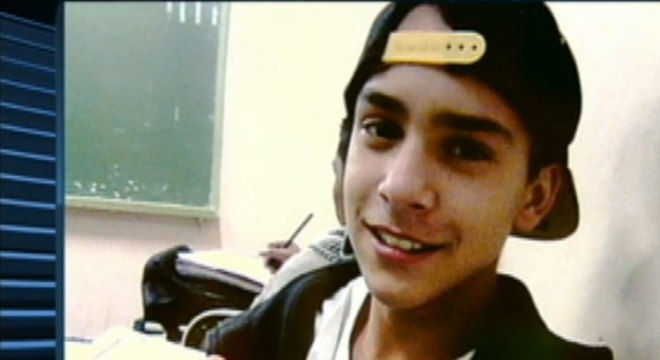 Adolescente de 15 anos foi mortos com dois tiros quando ia pichar um muro. Ele foi confundido com um ladrão