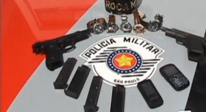 Suspeitos estavam com duas pistolas e cinco relógios