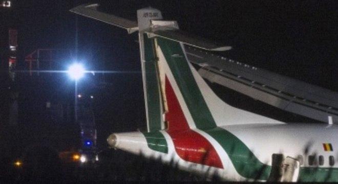 A empresa aérea alegou que os 46 passageiros e os quatro membros da tripulação puderam ser retirados do aparelho com segurança