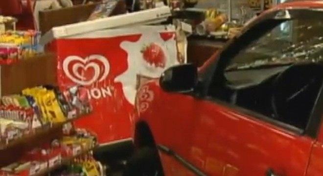 Motorista bêbado invade loja de conveniência em um posto de combustíveis
