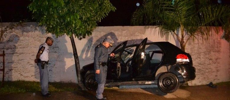 Carro bate em muro em perseguição policial na avenida João Dias, neste domingo (3)