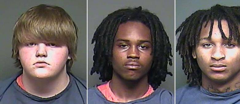 Clayton Watts (à esquerda), de 17 anos, contratou Shaderius Cohen (centro), de 19 anos, e Marquaes Buchanan (à direita), de 18, para matar seus avós