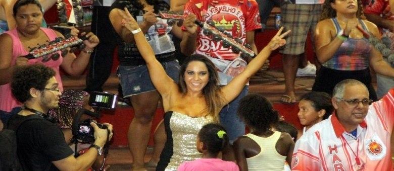 Mulher Melão aproveitou para sambar no meio da bateria da Viradouro ao lado da rainha Dandara Oliveira