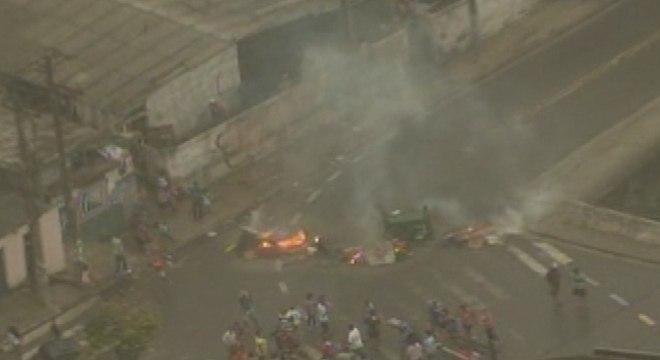 Manifestantes queimavam objetos e travavam o trânsito no bairro Jardim Irene