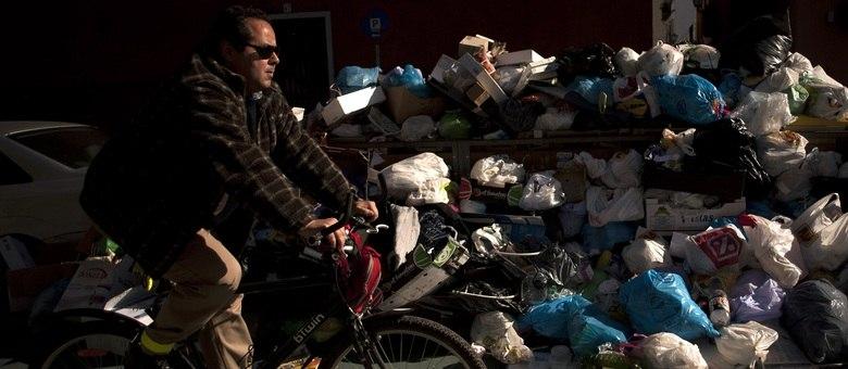 As ruas da cidade de Sevilha, na Espanha, estão cheias de lixo