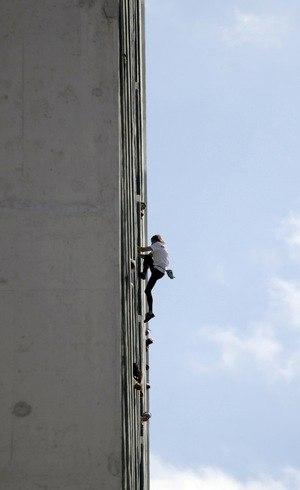 O escalador precisou de cerca de 30 minutos para alcançar o topo do edifício