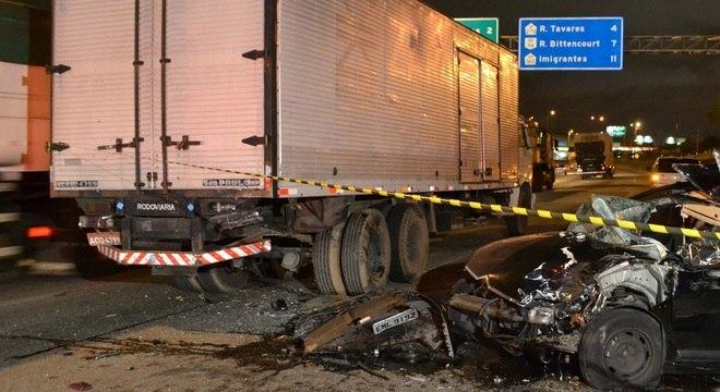 Motorista de um carro morre após bater em caminhão na marginal Tietê
