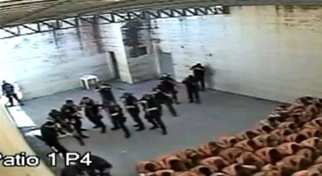 Fotos tiradas de vídeo capturado por câmeras de segurança no Presídio de Joinville, liberadas a pedido da Justiça do Estado e cedidas pelo jornal A Notícia