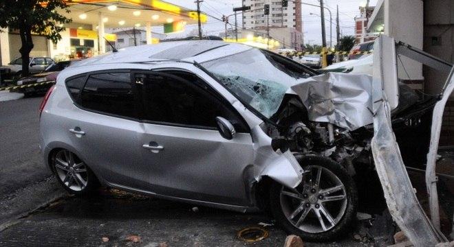 Motorista perde o controle do carro e invadiu a garagem de uma casa, no bairro do Cambuci, na zona sul de São Paulo.