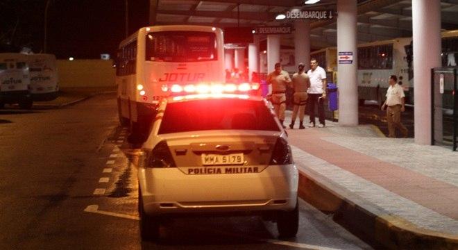 PM faz escolta de ônibus em Terminal da Palhoça, na madrugada desta quarta-feira (6). Em nove dias, foram registrados 73 ataques