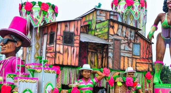 Carros alegóricos chegam ao sambódromo na zona norte de São Paulo na tarde desta quinta-feira (7)