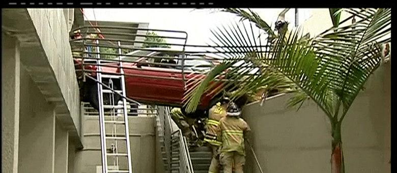 O veículo se chocou em alta velocidade com uma barreira de proteção e ficou pendurado entre dois edifícios