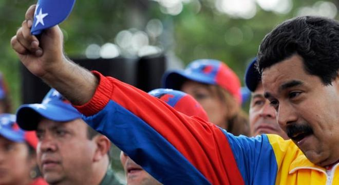 """Nesta semana, o vice-presidente Nicolás Maduro apareceu pela primeira vez com a jaqueta esportiva que leva os símbolos da bandeira venezuelana — vestimenta que se tornou um dos """"uniformes"""" de Chávez"""
