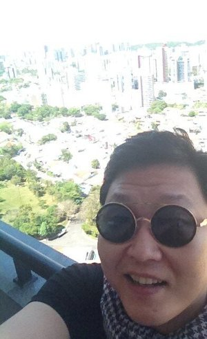 Psy postou foto assim que chegou em Salvador