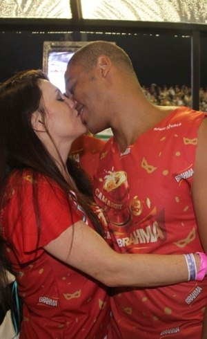 Simony troca beijo apaixonado com novo namorado