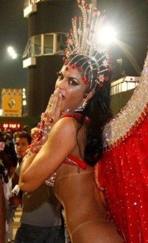 Camila Vernaglia desfila pela X-9 Paulistana